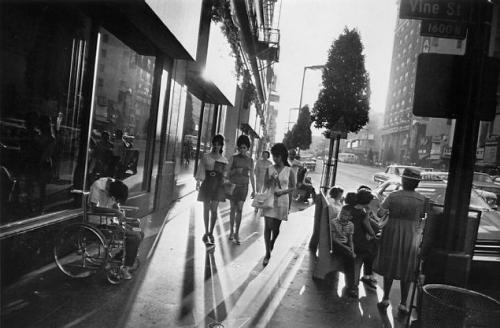Garry Winogrand,LA,Los Angeles,sidewalk,minijupe,sixties,miniskirt,photo