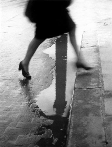 Willy Ronis,trottoir,Vendôme,flaque,genou,mode,jupe,photo