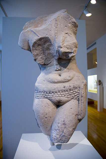 yakshi,déesse,inde,pubis,fendu,nue,torse,nu,ceinture,seins,nus,ventre,collier