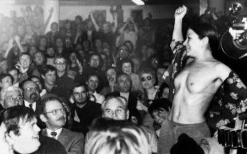 Une femme effectue un strip-tease lors d'un meeting du candidat à l'élection présidentielle Jean Royer, le 26 avril 1974 à Toulouse. Ph. DR