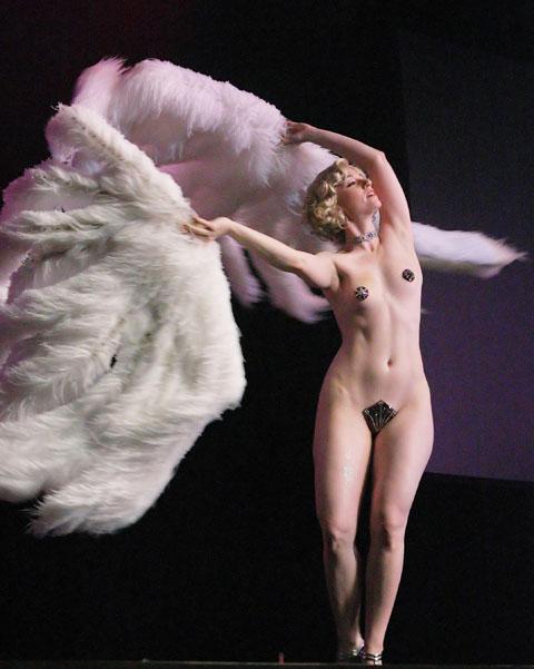La star du burlesque Michelle L'Amour habillée de cache-tétons et d'un merkin (source : wikipedia)